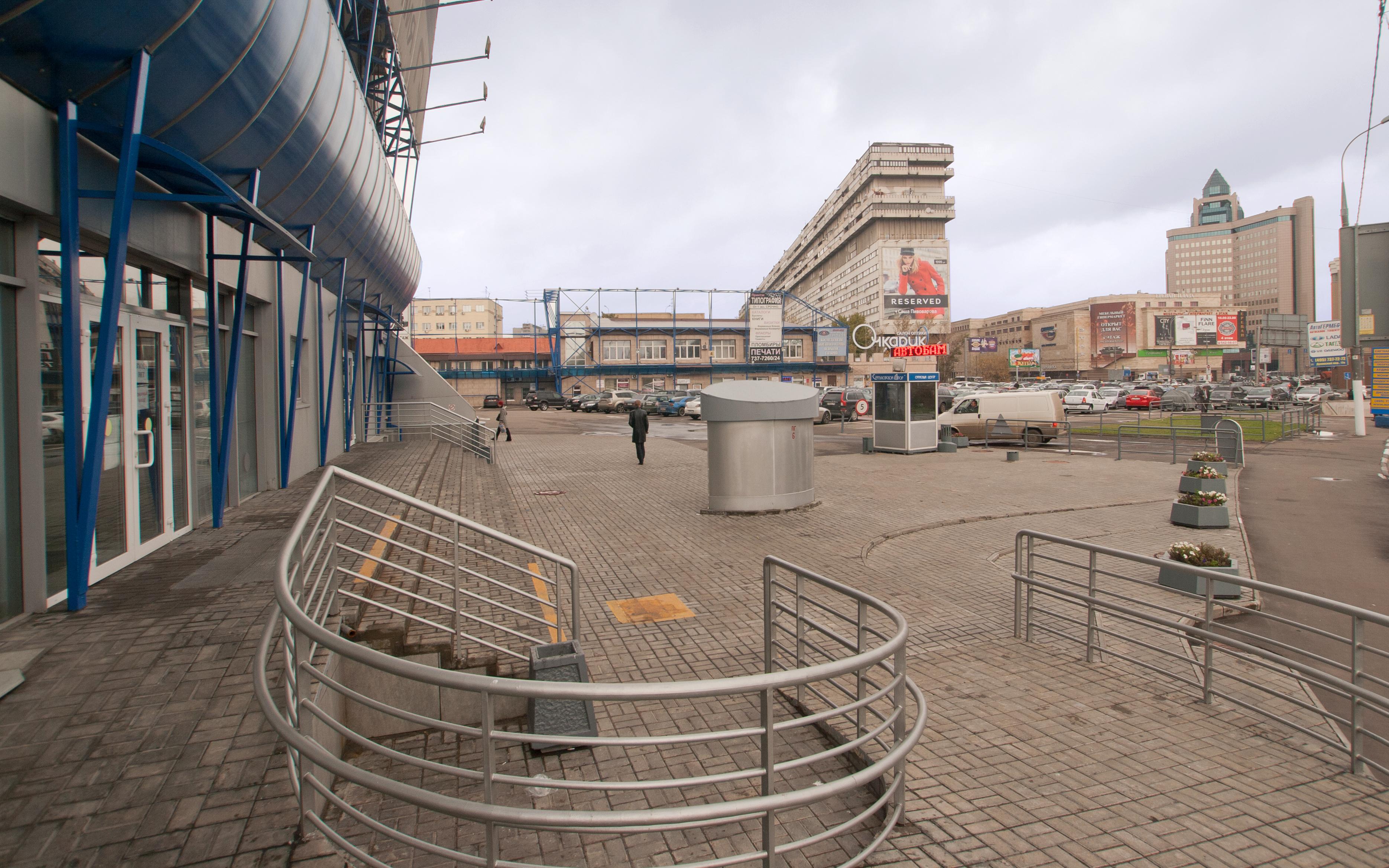 Площадь перед зданием.